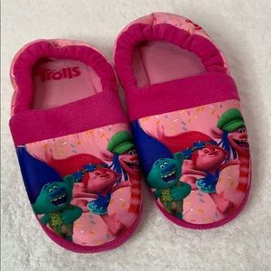 Trolls girls pink slippers, size large 2/3